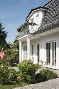 Vom Wohnzimmer auf die Terrasse ist es nur ein Schritt.  Fotos: Roth-Massivhaus / Gerhard Zwickert