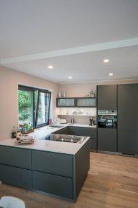 Die Küche ist mit dem Wohn- und Essbereich verbunden Foto: maasgestaltet