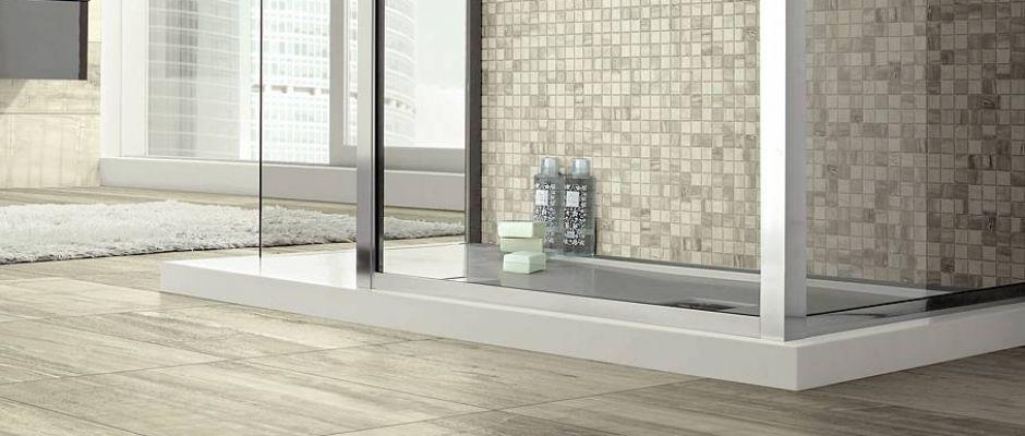 Von Dezentem Farbspiel Bis Fossiler Holzstruktur: Modernes Feinsteinzeug  Mit Passendem Mosaik Lässt Bäder Weiträumig Und