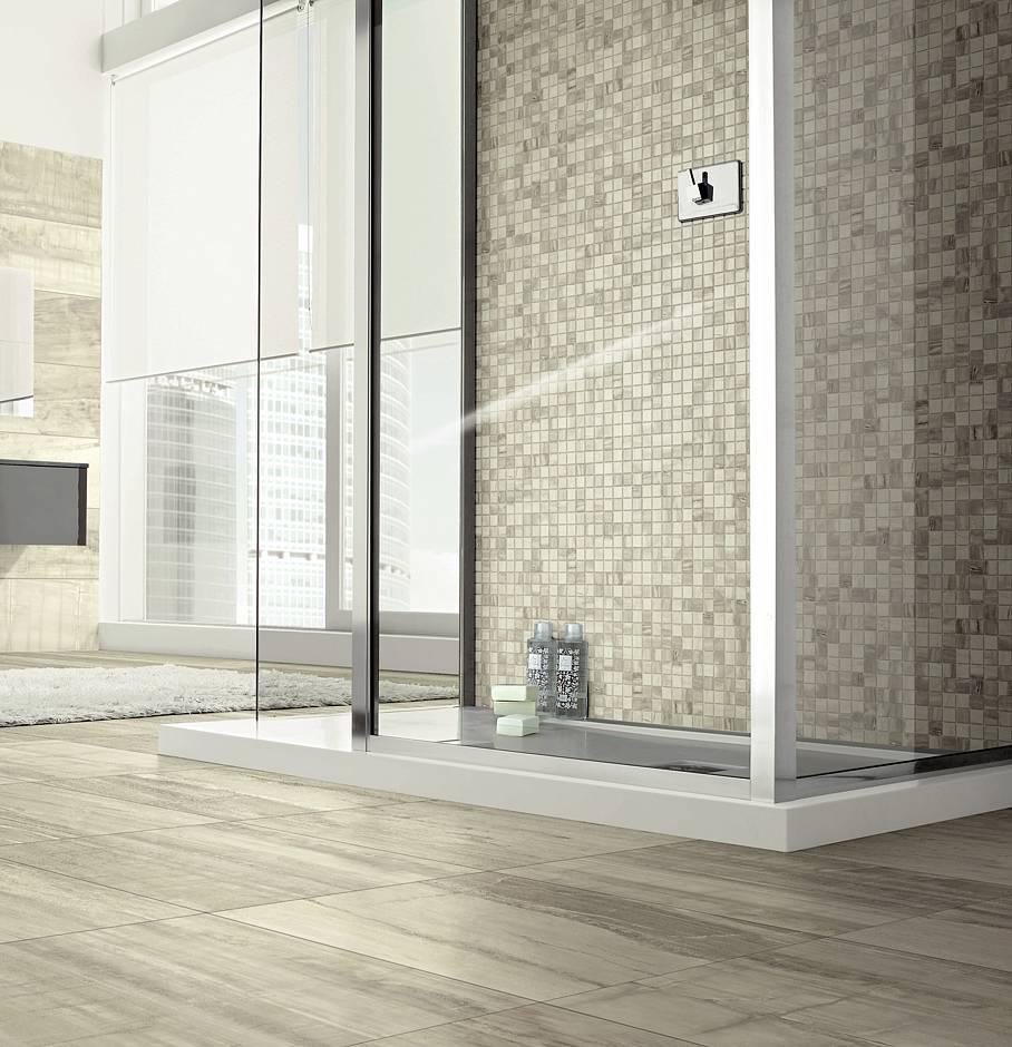 Von dezentem Farbspiel bis fossiler Holzstruktur: Modernes Feinsteinzeug mit passendem Mosaik lässt Bäder weiträumig und stilvoll erscheinen. Bild: Hellweg