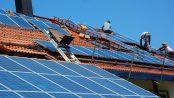 Montage einer Photovoltaik-Anlage Foto: goldbany - Fotolia