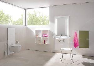 Die Technik, die das höhenverstellbare WC bewegt, lässt sich in der Wand verbergen. Gleiches gilt für das Waschbecken, das sich dezent per Knopfdruck auf die Größe und die Bedürfnisse des jeweiligen Nutzers anpasst. Foto: HEWI / S 50