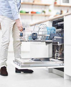 So macht das Ein- und Ausräumen dieses energieeffizienten Geschirrspülers Spaß. Per innovativem Hebemechanismus schwingt der untere Spülkorb rückenschonend nach oben und rastet dann selbsttätig ein. Nach dem Entrasten gleitet er dank integriertem Dämpfungssystem sanft und leise in seine Ausgangsposition zurück. Foto: AMK