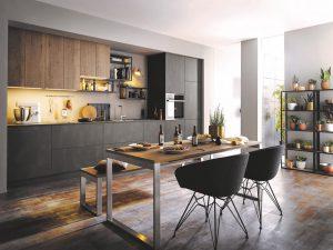 Alteiche-Nachbildung kombiniert mit metallischen Oberflächen lassen diese Küche zeitlos-elegant wirken. Foto: AMK