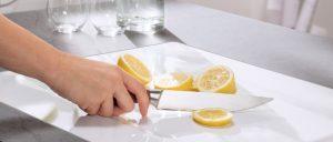 Keramik ist eine äußerst hochwertige Oberfläche, da sie robust gegen Schnitte und Kratzer ist und selbst Kontakt mit säurehaltigen Lebensmitteln oder Haushaltsreinigern problemlos übersteht. Foto: AMK