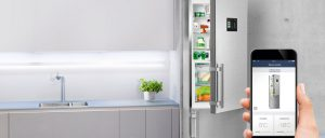 Ein Blick in den Kühlschrank von unterwegs ist kein Problem, dank App und Kamera im Kühlschrank. Die Geräte können sogar für die Vorratshaltung die Lebensmittel automatisch nachbestellen. Foto: AMK