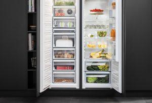Wie warm es während des Türöffnens draußen auch ist: Sensor-Technologie stellt die Temperatur im Einbau-Kühlschrank (rechts) bis zu fünfmal schneller wieder her – verglichen mit herkömmlichen Kühlgeräten – und hält sie stabil, selbst bei hohen Außentemperaturen. Foto: AMK