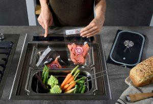 Ganz schön clever: dieses multifunktionale Kochsystem ermöglicht mit zwei Induktionskochzonen, fünf Funktionen und umfangreichem Zubehör neben dem Kochen, Braten und Warmhalten auch das Dämpfen und Frittieren von Lebensmitteln. Foto: AMK