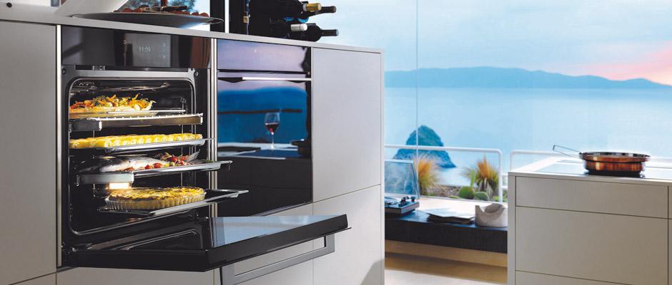 In weniger als 7 Minuten auf 200 °C: besonders schnell aufheizende Premium-Backöfen mit hochpräziser Temperaturregelung, TFT-Touchdisplays, Spezialfunktionen (u.a. Schongaren und Pizzastufe) und automatischer Selbstreinigung. Foto: AMK