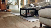 Besonders als Langdiele bringt Laminat außergewöhnliches Format in den Raum und ist so stilvoller Vertreter des aktuellen Landhaus-Trends. Foto: Meister/spp-o