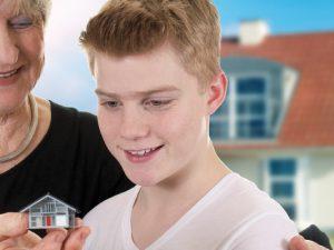 Soll das Familienheim bereits zu Lebzeiten übertragen oder besser vererbt werden? Für diese wichtige Entscheidung sollte man sich in jedem Falle Rechtsrat einholen. © caruso13 / Fotolia.com