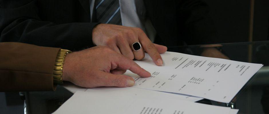 Versucht ein Schlaumeier, den Vertragspartner auszutricksen oder mit den absurdesten Argumenten den Vertrag zu seinen Gunsten zu interpretieren, ist ihm nur mit gründlicher Aufbereitung der Fakten bei Gericht beizukommen. © delphinmedia / Pixabay