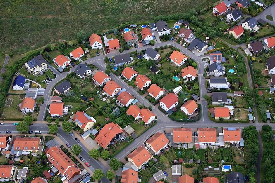 Viele Eigentümer haben nur das eigene Hausgrundstück im Blick und es kümmert sie zunächst wenig, was aus den miterworbenen Gemeinschaftsflächen wird. © Marcel Schauer / Fotolia.com