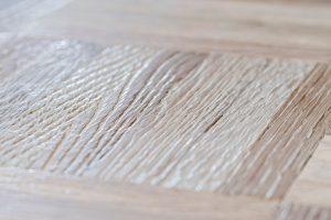 Parkettböden strukturieren und eine individuelle Haptik sowie Optik verleihen: Besondere Bürstentechniken machen dies möglich. Foto: djd/Parkettprofi, PALLMANN GmbH, Würzburg