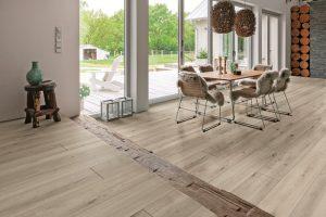 Laminatböden in vielen Varianten sorgen für ein attraktives Wohnambiente. Foto: djd/Hamberger Flooring/HARO