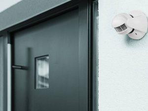 Bewegungsmelder dienen der Sicherheit, machen das Leben komfortabler und helfen beim Energiesparen. (Bild: HELLWEG)