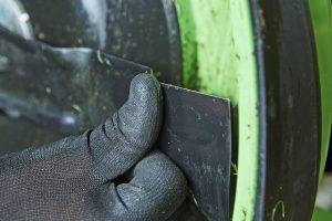 Nach dem letzten Mähen der Saison sollte das Messer gesäubert und kontrolliert werden. Bei sichtbaren Rissen ist ein Austausch erforderlich. Ein frischer Schliff für das Messer ist die beste Vorbereitung für das Frühjahr und wird vom Fachhändler professionell erledigt. Foto: djd/Viking