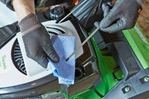 Bei Benzinrasenmähern empfiehlt sich, vor dem Winter noch einmal den Ölstand zu kontrollieren. Foto: djd/Viking