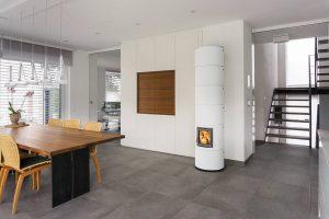 Moderne Grundöfen erfüllen die heute gültigen strengen Abgasvorschriften der Bundesimmissionsschutzverordnung (BImSchV) für Holzfeuerungen. © djd/rondolino.de
