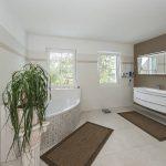 Gelungene Planung mit Blick auf später: Im hochwertig ausgestatteten Badezimmer wurde auf ausreichend Bewegungsfläche geachtet. Foto: Roth-Massivhaus / Gerhard Zwickert