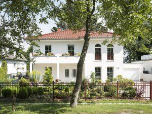Opulente Variation der Stadtvilla Messina: Mit Wintergarten stehen hier 300 Quadratmeter Wohnfläche zur Verfügung. Foto: Roth-Massivhaus / Gerhard Zwickert