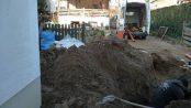 Bild 1:Verlegen der Grundleitung zwischen EFH Neubau und Straßenkanalisation als Bauherreneigenleistung (Oberkante Erdgeschoss liegt unter Straßenoberkante) Foto: Dekra