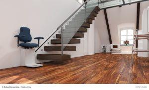 Treppensteigen wird im Alter für viele Menschen beschwerlich. Mit einem Treppenlift gelangt man auch weiterhin komfortabel und sicher in das oobere Stockwerk des Hauses. © Robert Kneschke / Fotolia.com