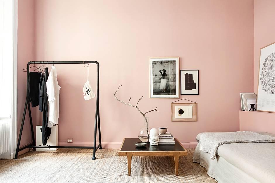 """Eine frische Wandfarbe verändert die Atmosphäre eines Raums im Handumdrehen - erst recht, wenn es sich um angesagte Trendfarben wie etwa """"Hortensie"""" handelt. Foto: djd/SCHÖNER WOHNEN-Farbe/Anna Malmberg"""