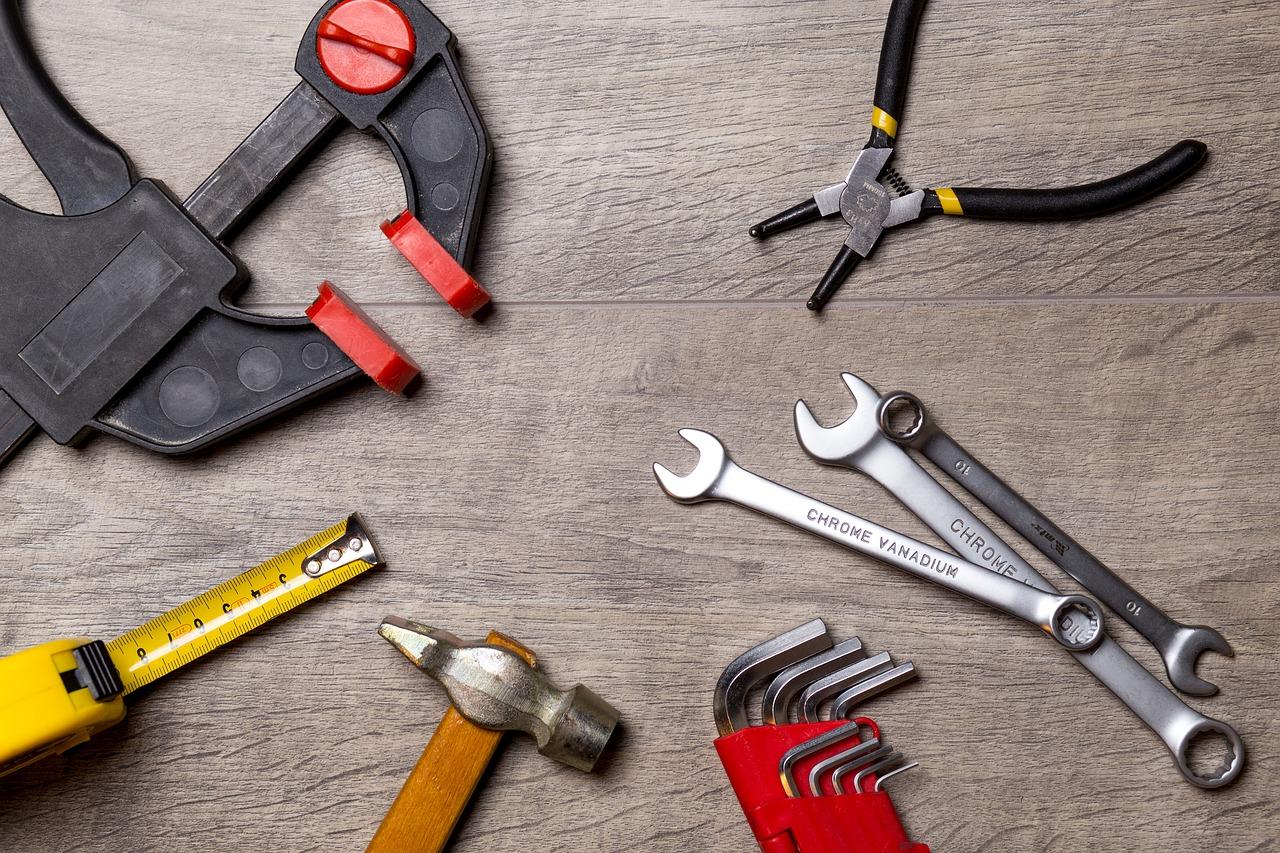 Häuslebauern sollte bewusst sein, dass bei Einzelvergaben (Haus nicht aus einer Hand) jeder Werkunternehmer eine Bürgschaft verlangen kann.falconp4 / Pixabay