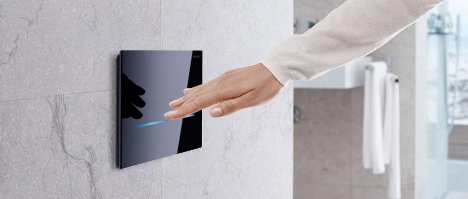 Die Betätigungsplatte für die WC-Spülung hat sich zum Designobjekt fürs Badezimmer gemausert. Für hohe Komfortansprüche konzipiert sind Spülauslösungen, die berührungslos funktionieren. Foto: djd/Geberit