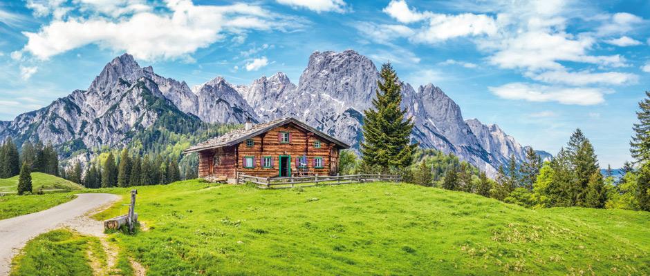 Mit der größten Vorsicht sind Angebote für einzeln in der Landschaft stehende Wohnhäuser zu genießen. Denn in dieser Sonderlage geht baurechtlich betrachtet fast gar nichts.© JFL Photography / Fotolia.com