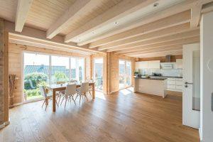 Der großzüge Wohn- und Essbereich samt Küche nimmt gut die Hälfte der Fläche des Erdgeschosses ein. © Fullwood Wohnblockhaus