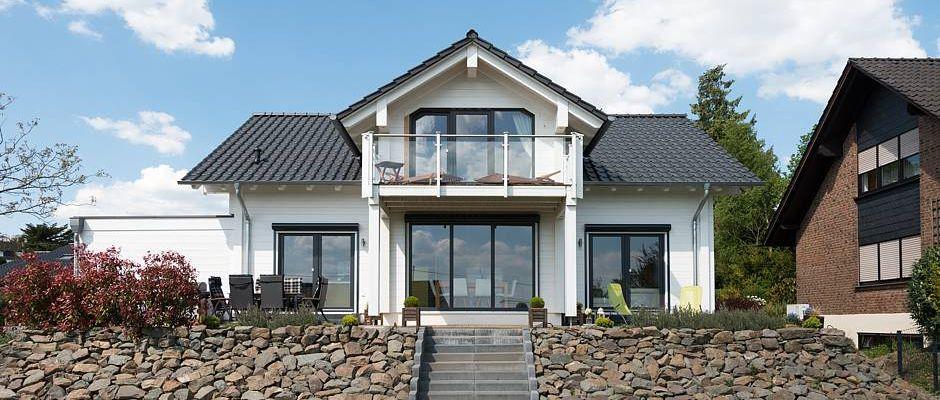 Die verglaste Süd-Front lässt reichlich natürliches Licht herein lässt und gewährt einen uneingeschränkten Ausblick in den Garten und auf die herrliche Umgebung. © Fullwood Wohnblockhaus