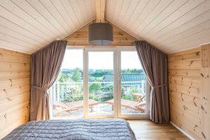Vom elterlichen Schlafzimmer hat man einen herrlichen Blick durch bodentiefe Fenster ins Grüne. © Fullwood Wohnblockhaus
