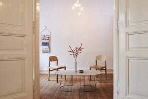 """Bei der imm cologne-Aktion """"Köln möbliert"""" wurde der Trend zum """"perfekten Heim"""" als Mischung weniger, ausgesuchter Möbel und sparsamer Dekoration in einer Kölner Altbauwohnung inszeniert – mit den Workshop-Stühlen und dem Beistelltisch Airy von Muuto (Design: Cecilie Manz) als Hingucker in einem ansonsten von Ordnung und Reduktion bestimmten Ambiente. Foto: far.design; Koelnmesse"""