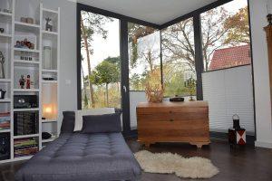 Zwei gleich große Schlafzimmer, die durch Platzsparende Schiebetüren miteinander verbunden sind, werden den unterschiedlichen Schlafrhythmen der Stelzners gerecht Bild: MAX-HAUS GmbH