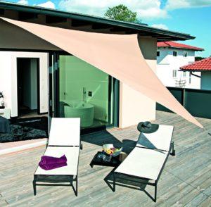 Sonnensegel sind eine flexible Möglichkeit für effektiven Sonnenschutz zu sorgen. Hochwertige Materialien verfügen über einen UV-Schutz 50+. Foto: HELLWEG Die Profi-Baumärkte GmbH & Co. KG