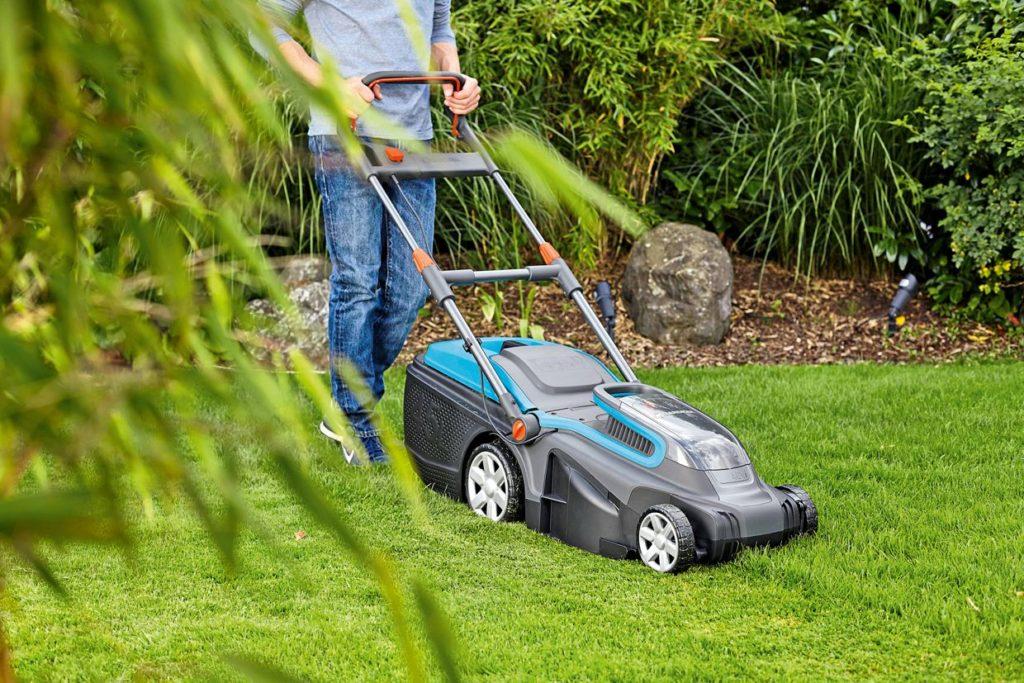 Akku-Rasenmäher arbeiten nicht nur effizient, sondern auch geräuscharm Foto: Hellweg