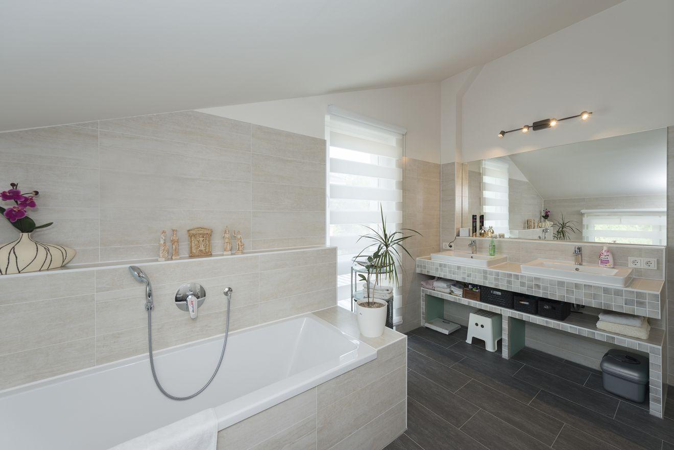 Insel der Entspannung: Im hochwertig ausgestatteten Badezimmer setzt der Doppelwaschtisch mit seinem Fliesenmosaik Akzente. Foto: Roth-Massivhaus / Gerhard Zwickert