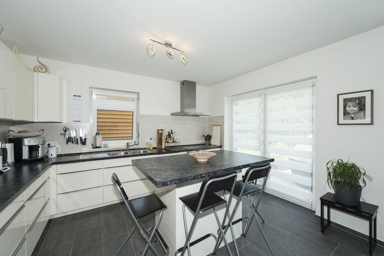 Modern und funktional, lädt die Küche zum Kochen, Essen, Unterhalten ein, ob gemütlich mit Familie oder Freunden. Foto: Roth-Massivhaus / Gerhard Zwickert