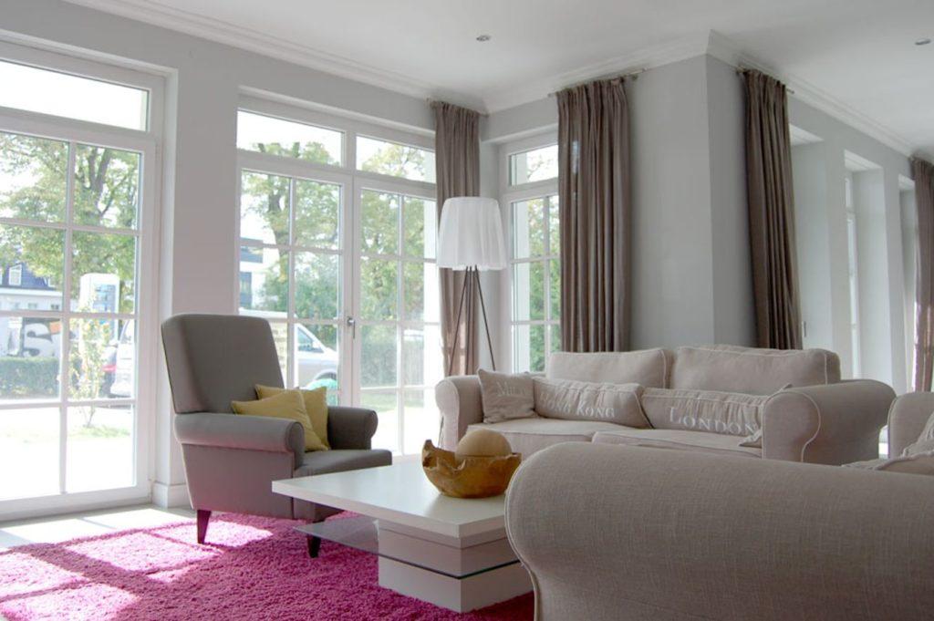 """Wohnzimmer des Musterhauses """"Villa Falkensee"""" von Heinz von Heiden"""