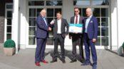 Übergabe der Auszeichnung an Kay-Uwe Lange, Heinz von Heiden Regionalvertriebsleiter