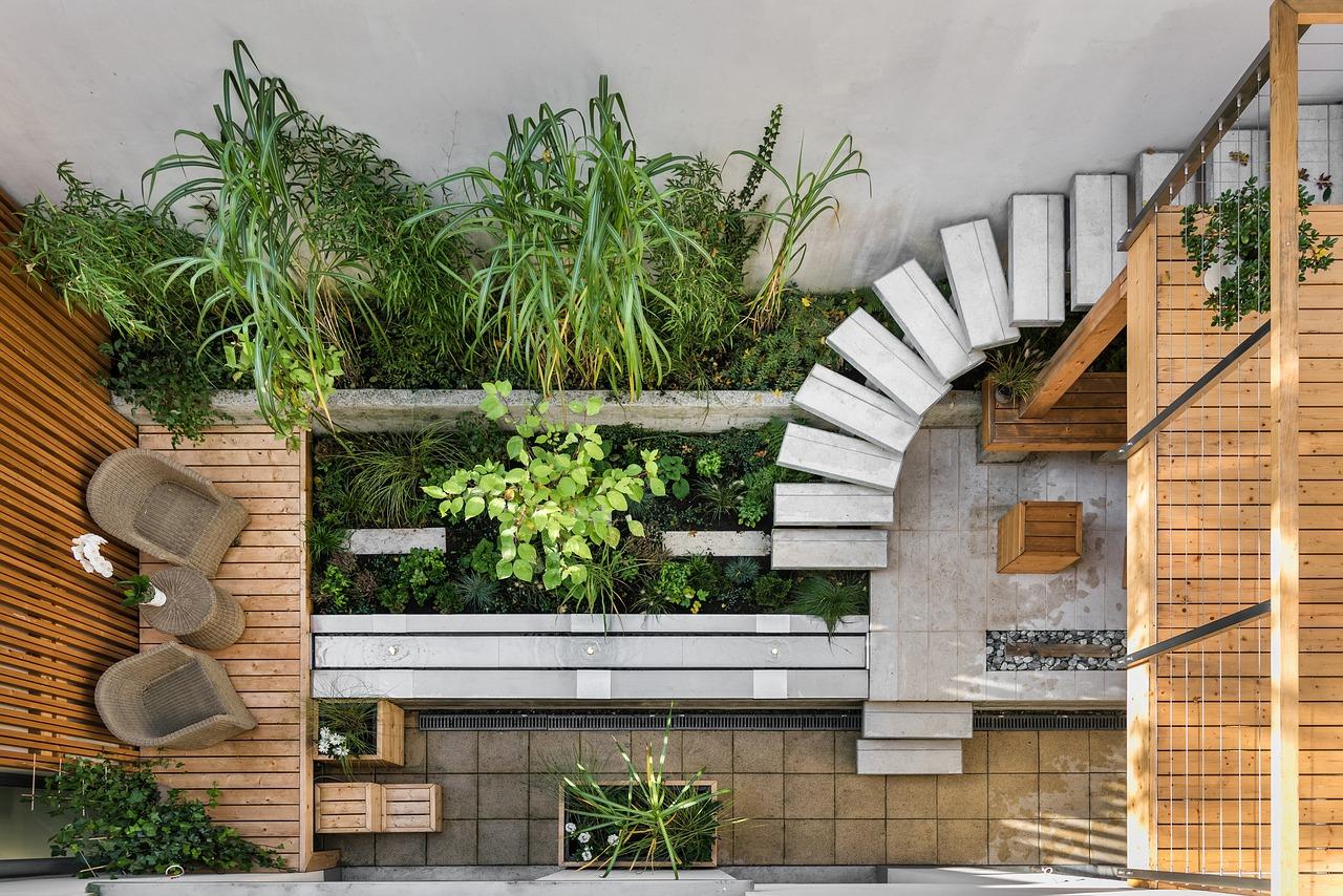 In kleinen Gärten sorgt Holz für eine wohnliche Atmosphäre.