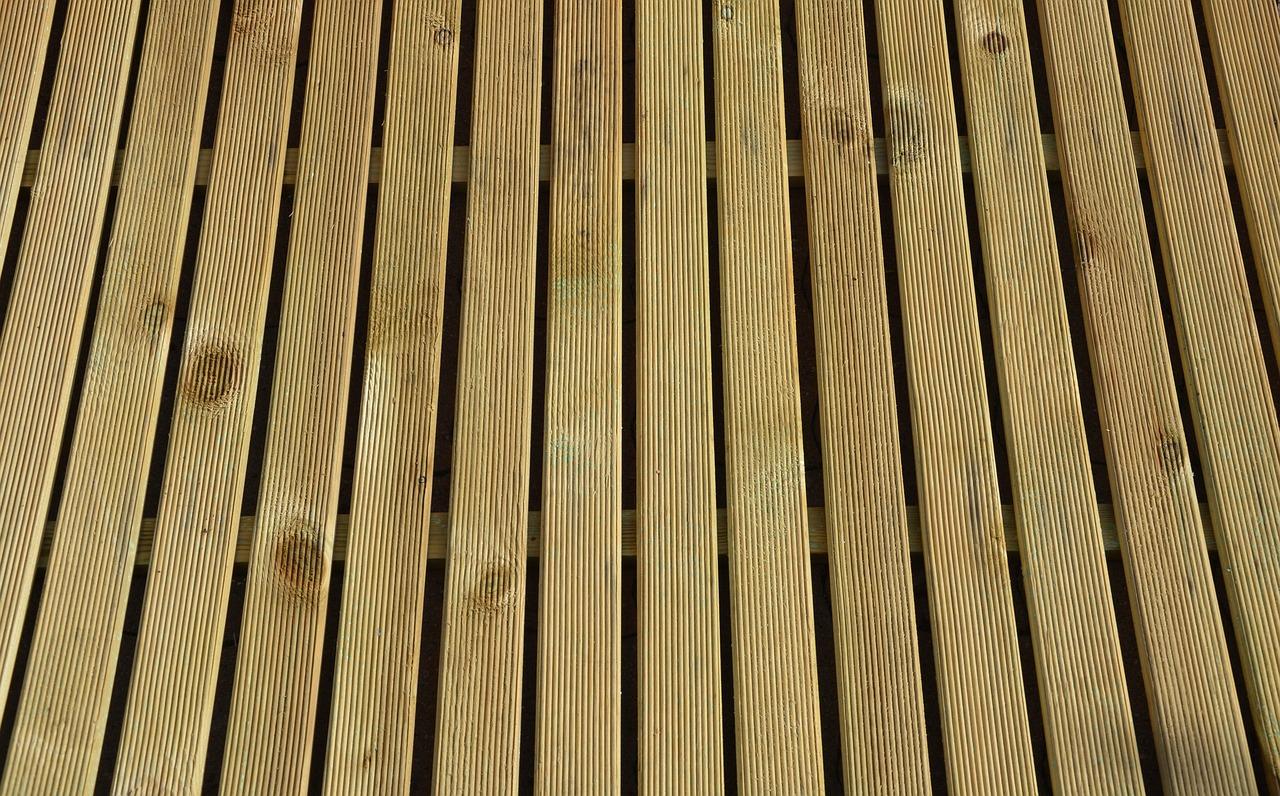 Fugen zwischen den Dielen stellen die Belüftung sicher und erhöhen damit die Lebensdauer der Terrasse.
