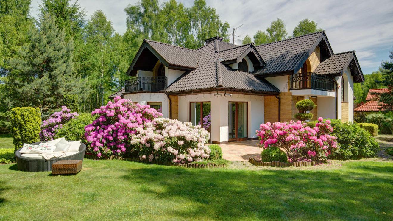 Schön gestaltete Außenanlagen schließen den Hausbau ab