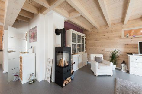 Wohnbereich mit Kamin - Haus Lindau von Fullwood Wohnblockhaus Foto: © uwe weiser / FULLWOOD Wohnblockhaus