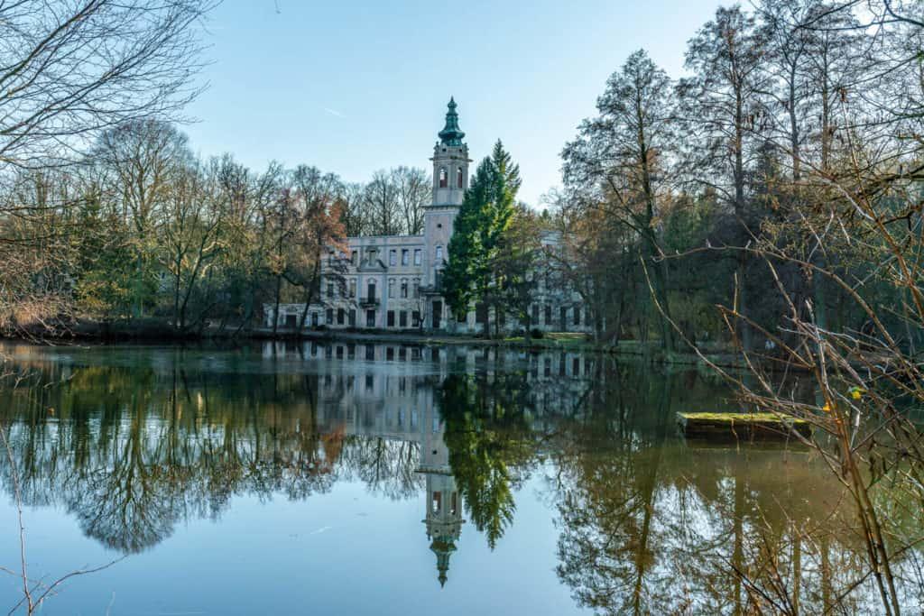 Blick über den Schloss See zur Ruine von Schloss Dammsmühle in Wandlitz