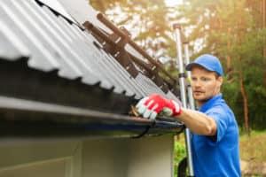Zur Dachinspektion gehört auch die Reinigung der Dachrinne Foto: ronstik / shutterstock.com
