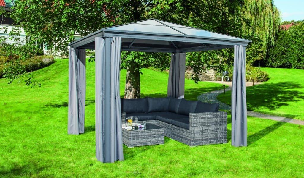 """Der HAVESON Gartenpavillon """"Norderney"""" bietet Gartenmöbeln durch seine Polycarbonat-Dachplatten optimalen Schutz vor Witterungseinflüssen. © HELLWEG"""