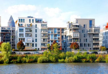 Moderne Immobilien am Fluss Foto: ©miss_mafalda - stock.adobe.com